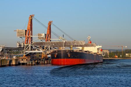 contaminacion del agua: Derrame de petróleo del buque - La imagen es una representación digital artística
