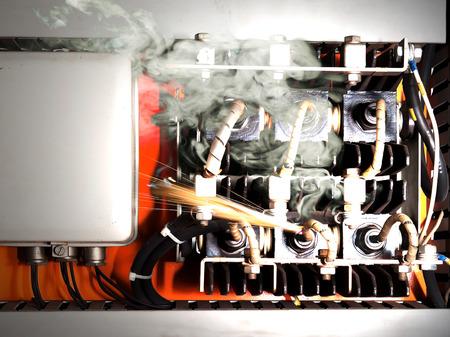 Overload circuito elettrico causando corto circuito e incendio Archivio Fotografico - 28881763