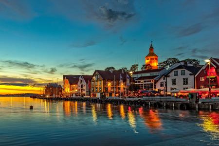 Stavanger nachts - charmant stadje in het Noorwegen Stockfoto