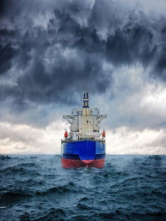 Donker beeld van groot vrachtschip in de sterke storm Stockfoto