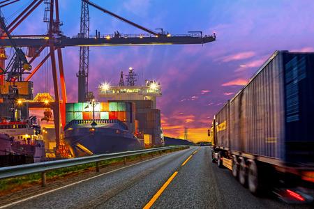 camion grua: Contenedor de transporte de camiones en la carretera al puerto Foto de archivo