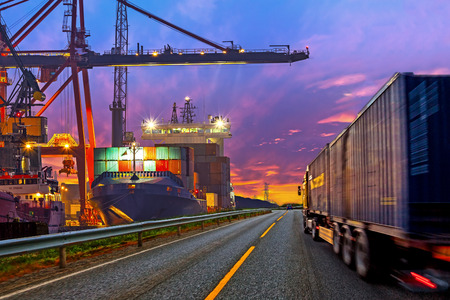 Truck contentor de transporte na estrada para o porto