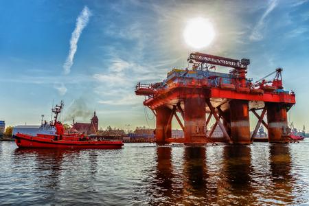 Slepen olie platform in de haven van Gdansk, Polen Stockfoto