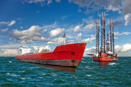 Booreiland en tanker schip op offshore gebied.