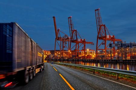 транспорт: Грузовик транспортный контейнер на дороге в порт.