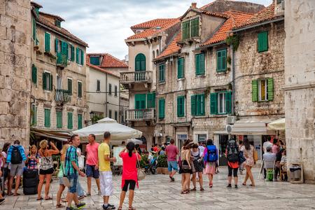 Toeristen lopen in de oude stad op een bewolkte zomerdag in Split, Kroatië. Redactioneel