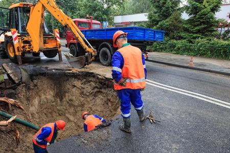 손상된 도로를 수리하는 근로자 - 파이프 라인 파열