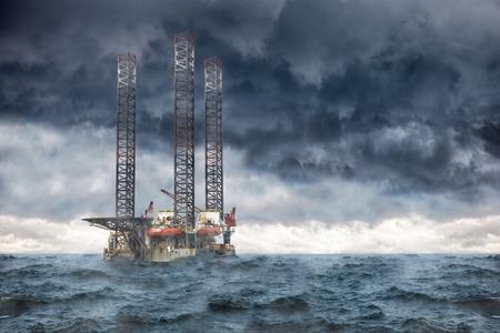 tormenta: Plataforma petrolera en el mar durante una tormenta.