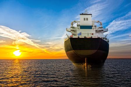 Groot schip uitzicht vanaf de achtersteven op zee.