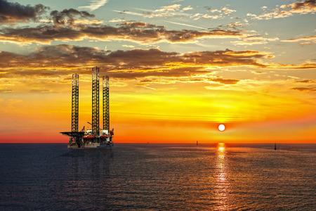 pozo petrolero: Aceite de plataforma de perforación en el tiempo la puesta del sol.