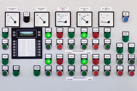 De nombreux boutons et commutateurs - panneau de commande dans une machine. Banque d'images
