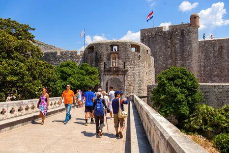 croatia dubrovnik: Unknown tourists near at the Pile Gate in Dubrovnik, Croatia.