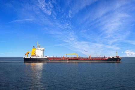 barco petrolero: Petrolero buque en el mar sobre un fondo de cielo azul.