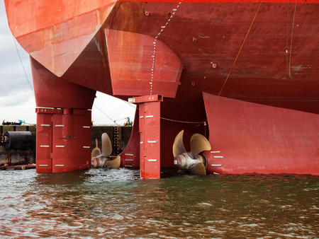 timon barco: Close up de una h�lice de barco y el tim�n.