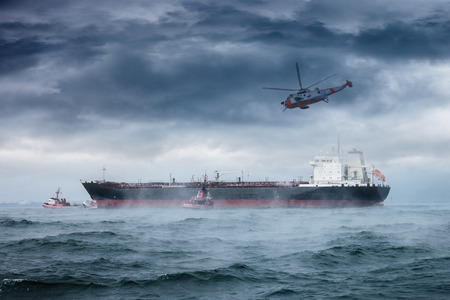 困難な荒天でのヘリコプター救助ミッション。 写真素材