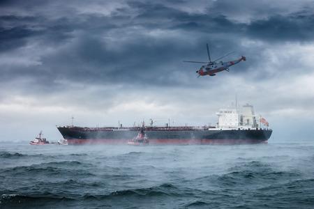어려운 폭풍우에서 헬기 구조 임무.