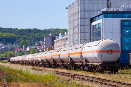Die vielen von Tanks mit Öl und Kraftstoff auf der Schiene. Standard-Bild