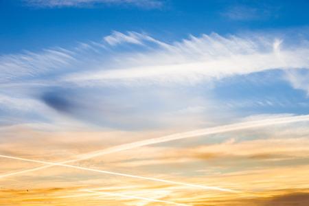 Geo-engineering gespoten door middel van een vliegtuig chemtrails in de lucht, waardoor het bewolkt en vervuiling van het milieu.
