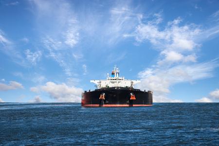 cami�n cisterna: Petrolero buque en el mar sobre un fondo de cielo azul.