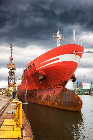Vrachtschip in de haven op bewolkte dag.