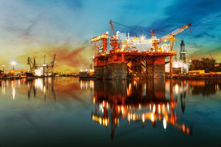 Schiff im Bau in der Werft bei Sonnenaufgang.