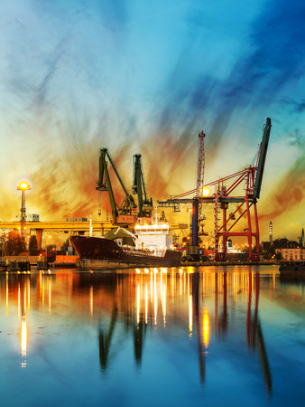 ポーランド、グダンスク港の日の出コンテナー船。 写真素材