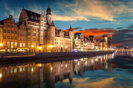 De rivieroever met de karakteristieke Kraan van Gdansk, Polen. Stockfoto