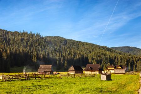 casa de campo: cabaña de madera tradicional en las montañas de Tatra, Polonia. Foto de archivo