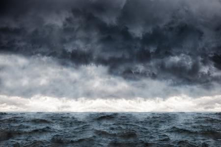 tormenta: Las nubes oscuras en el cielo de invierno durante una tormenta en el mar.