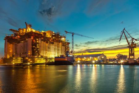 Ölbohrinsel im Bau auf der Werft am Morgen.