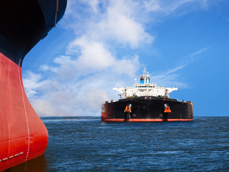 camión cisterna: Dos barcos en el mar en un curso de colisión.