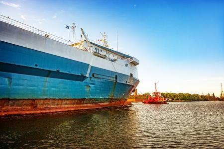 Statek Ro-ro wjeżdżający do portu w Gdańsku, Polska.
