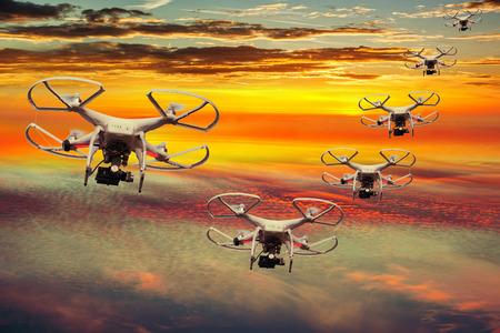 Drones Geschwader in den Sonnenuntergang mit dunklen Wolken.