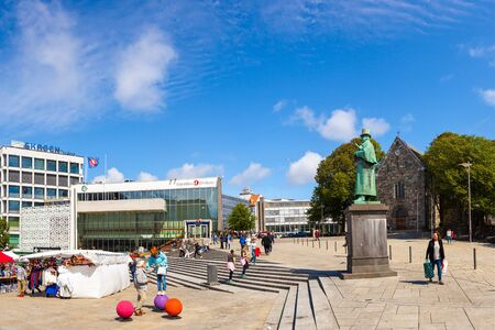 marina life: People shopping at a market in Stavanger city centre, on July 15, 2015 in Stavanger, Norway.