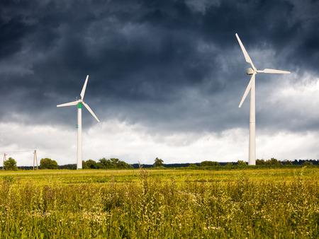 turbina: Las nubes oscuras por encima de un aerogenerador.