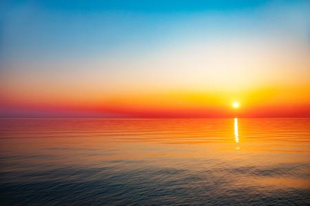 horizonte: Mar Báltico - amanecer temprano por la mañana sobre el mar.