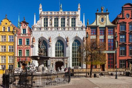 neptuno: Corte Artus con la fuente de Neptuno en Gdansk, Polonia. Editorial