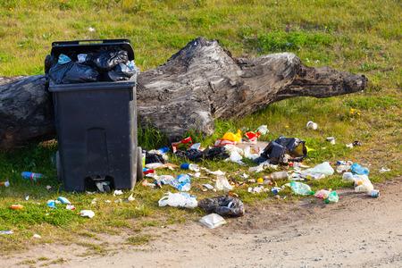 Garbage afval in het park vol met allerlei prullenbak. Stockfoto