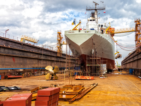 Groot schip - achteraanzicht met propeller onder reparatie.