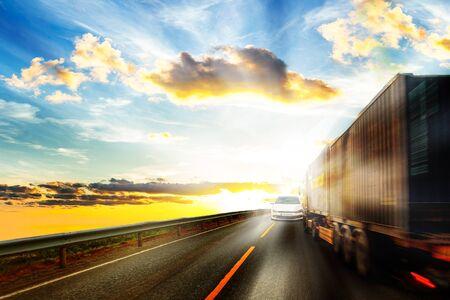 Camionista accecato dal sole si muove in rotta di collisione.