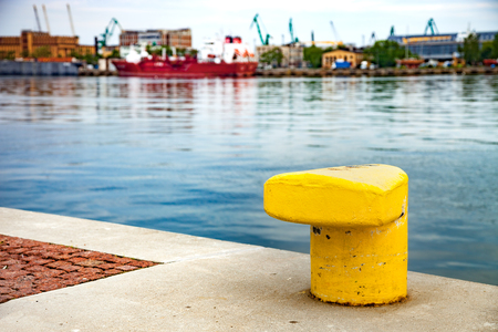 blurr: Iron pole for mooring of ships at wharf.