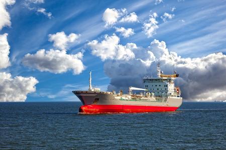 Öltanker Schiff auf See auf einem Hintergrund des blauen Himmels.