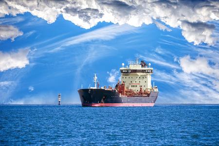 Öltanker Schiff auf Meer auf einem Hintergrund des blauen Himmels
