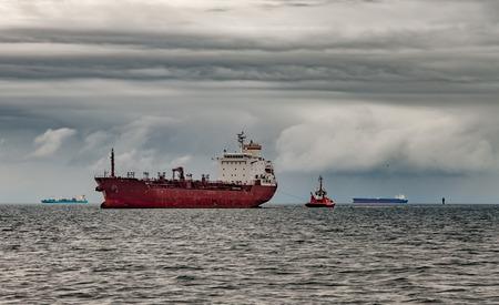tormenta: Barco en el mar contra un cielo espectacular. Foto de archivo