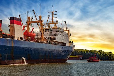 barca da pesca: nave da pesca Rimorchiatore rimorchio nel porto di Danzica, Polonia.