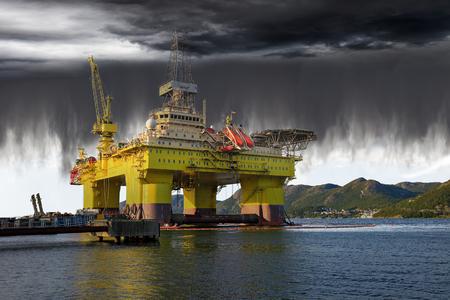 derrumbe: Torre de perforación petrolera en el mar y el inminente colapso del clima.