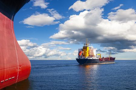 Zwei Schiffe im Meer auf einem Kollisionskurs.