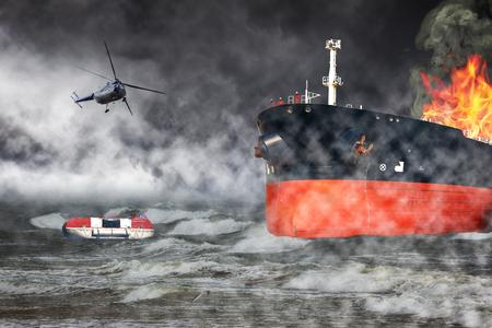 Een helikopter redding missie in moeilijk stormachtig weer - Brandend schip op zee.