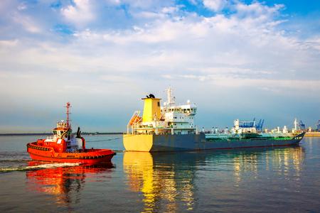 Schip van de sleepboot het slepende tanker in haven. Stockfoto