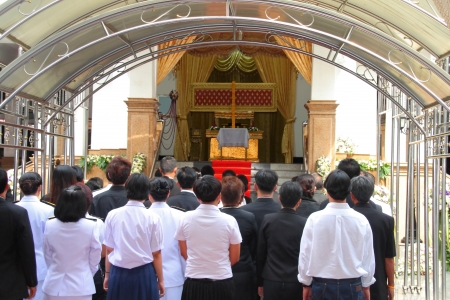 the people stand in front of the deceased 版權商用圖片